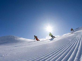 erste spur am berg skifahren